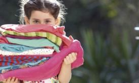 crianca-carregando-roupas-50802